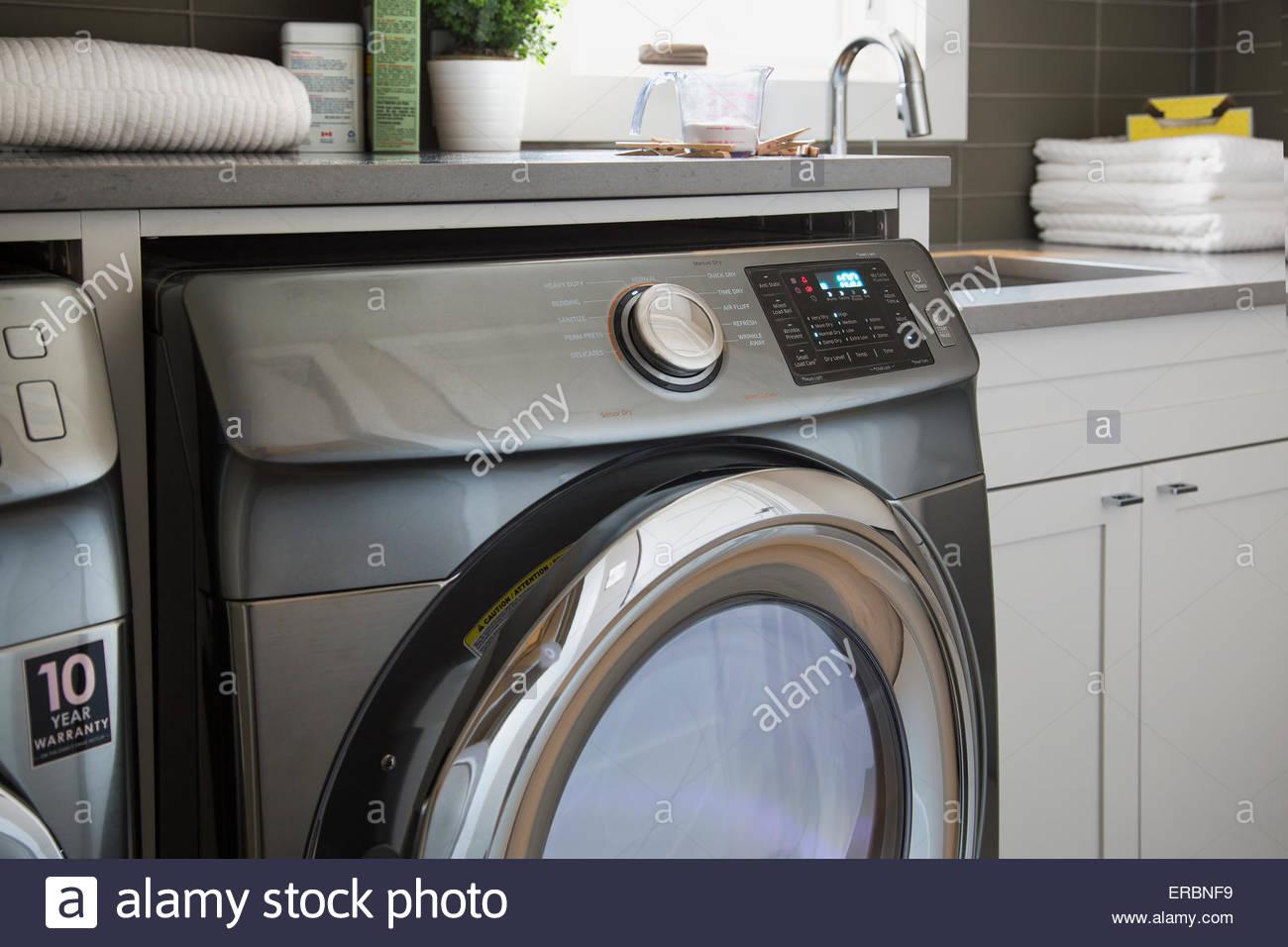 Efficienza energetica lavatrice nella stanza lavanderia Immagini Stock