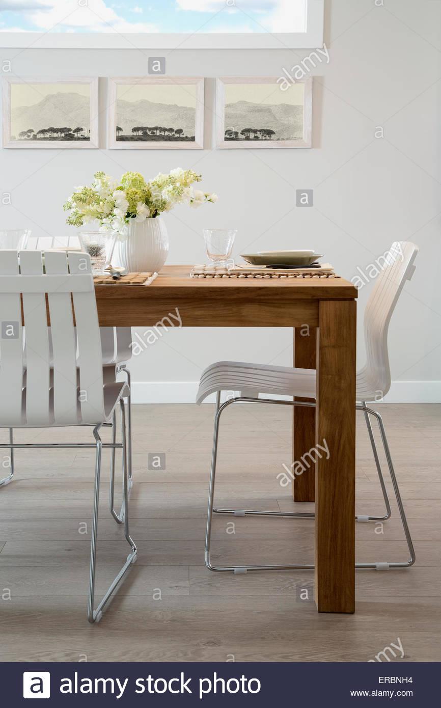 Tavolo Legno Sedie Bianche.Sedie Bianche Al Tavolo Da Pranzo In Legno Foto Immagine Stock