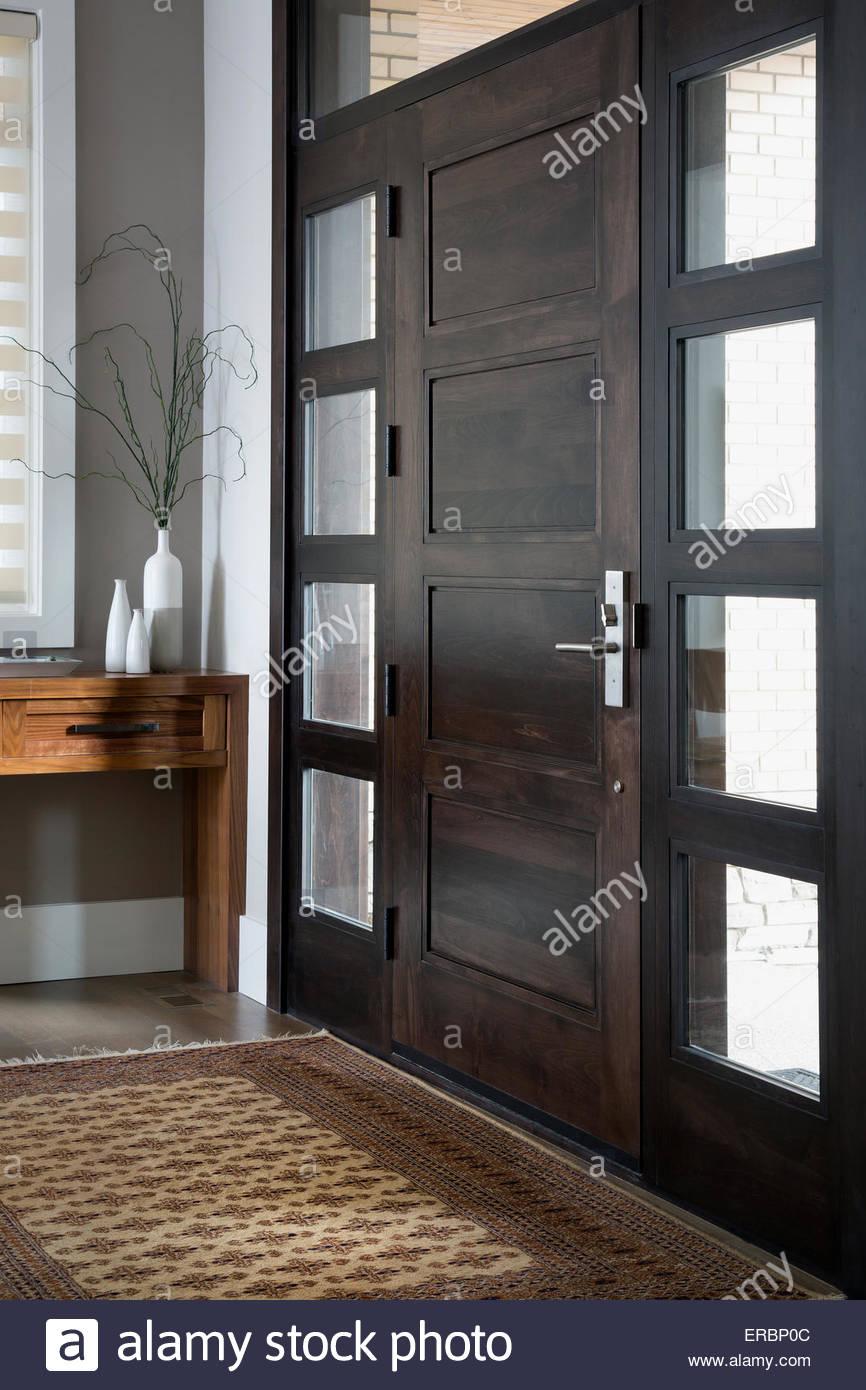 Il legno porta anteriore affiancato da windows Immagini Stock