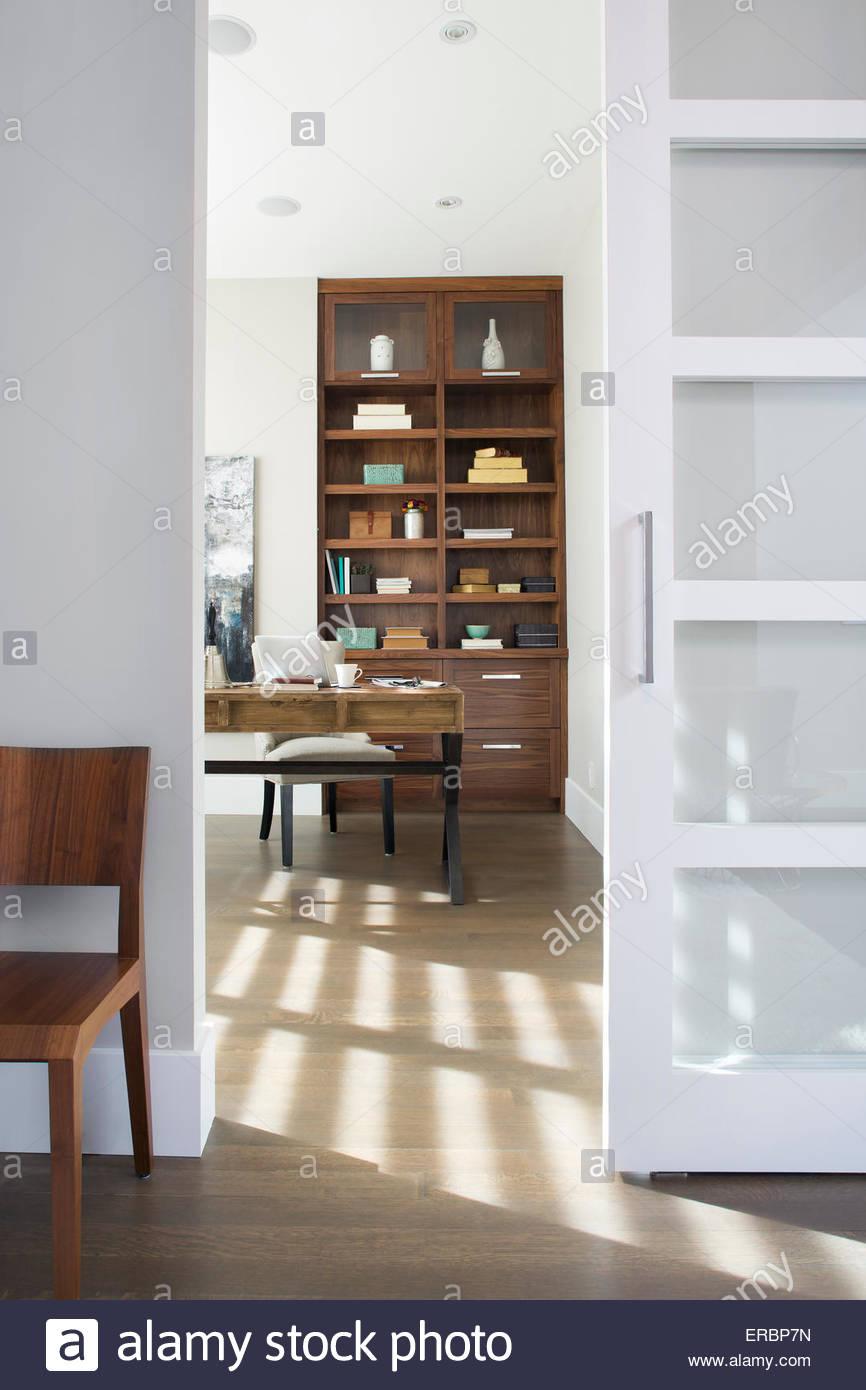 Porta verso la soleggiata elegante home office Immagini Stock