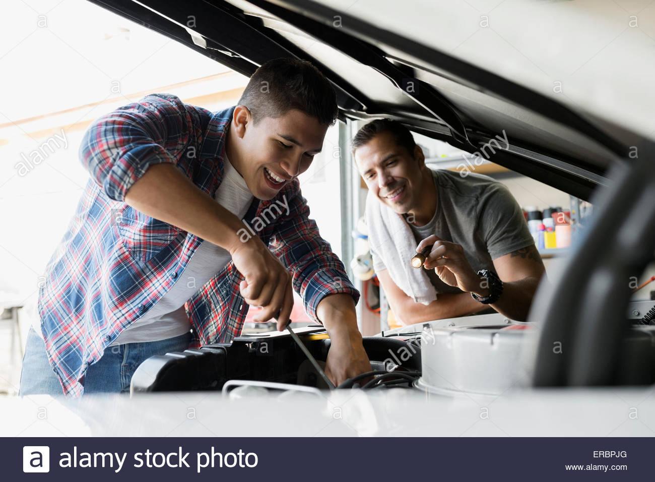 Padre e figlio il ripristino auto d'epoca garage motore Immagini Stock