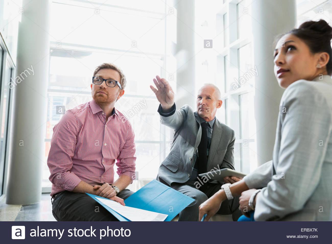 La gente di affari incontro nella lobby Immagini Stock