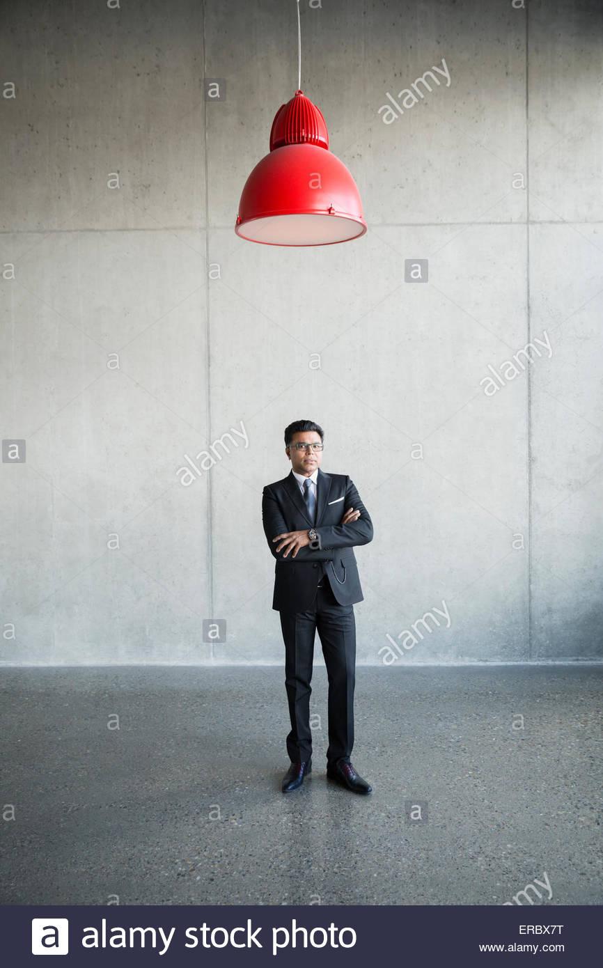 Ritratto di imprenditore gravi sotto lampada rossa Immagini Stock