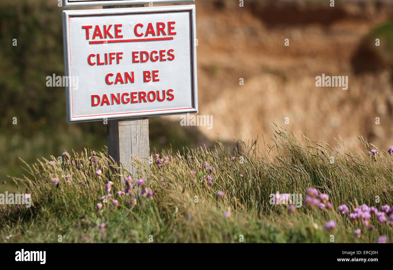 Segno a scogliere in acqua dolce e in acqua dolce Bay avvertenza scogliera bordi possono essere pericolosi Immagini Stock