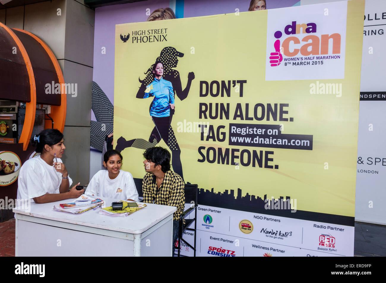 Mumbai India Asian Lower Parel High Street Phoenix mall shopping donne della mezza maratona banco informazioni iscriviti Immagini Stock