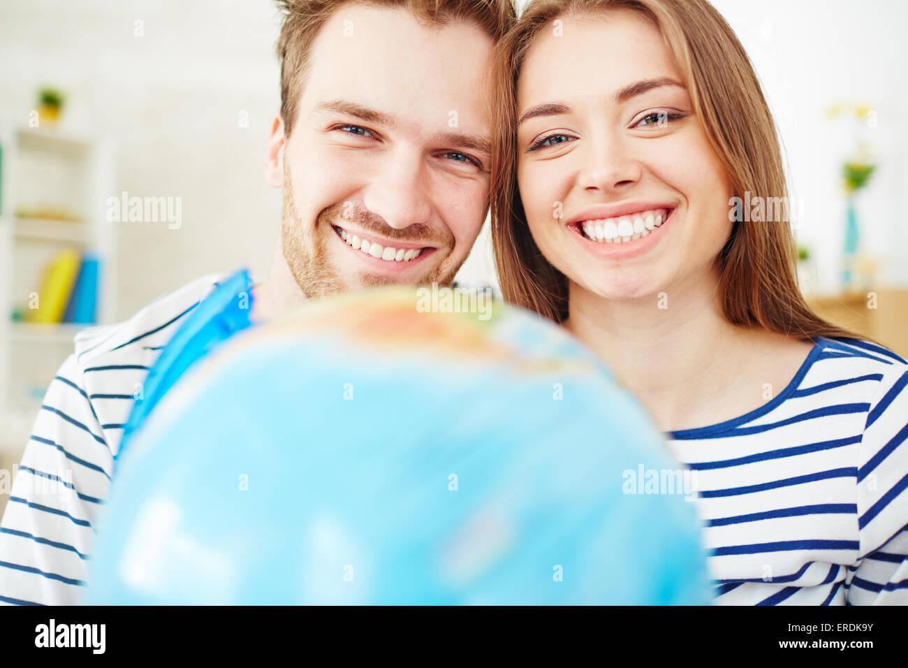 Coppia amorosa guardando la fotocamera con toothy sorrisi Immagini Stock