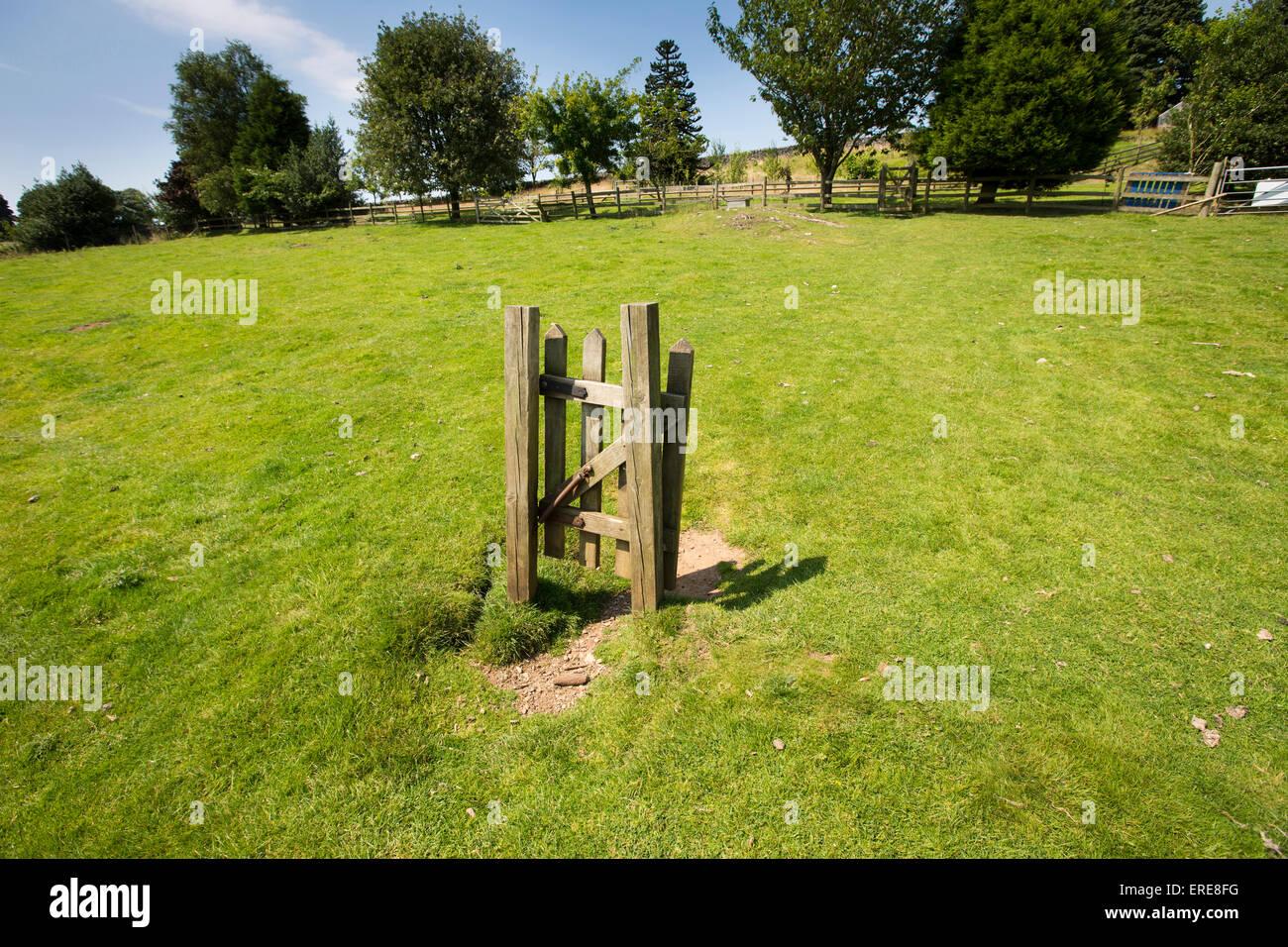 Regno Unito, Inghilterra, Staffordshire, Ilam, Bunster Hill, aria Cottage, inutile sentiero pubblico stile nel mezzo Immagini Stock