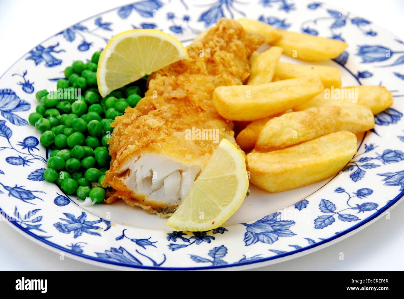 COD fish & chips con piselli e fetta di limone Immagini Stock