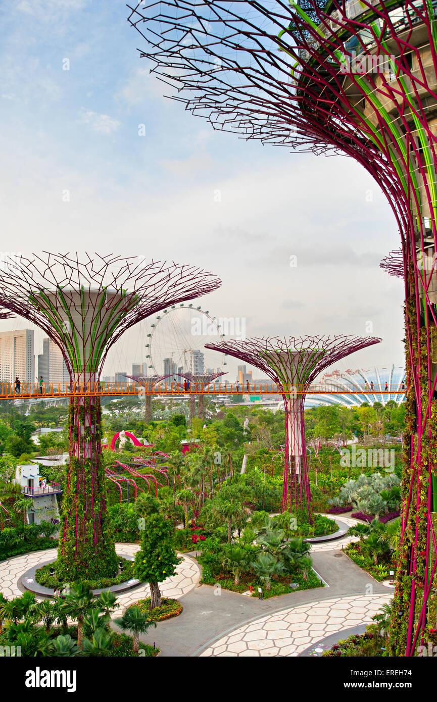 La gente che camminava su un ponte a giardini dalla Baia di Singapore. Giardini della baia è stato incoronato Immagini Stock