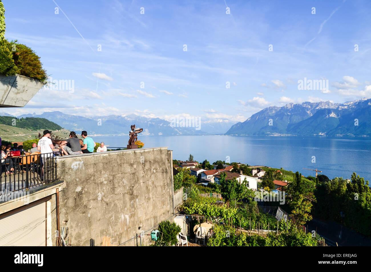I turisti gustando un drink sulla riva del lago di Ginevra, Svizzera Immagini Stock