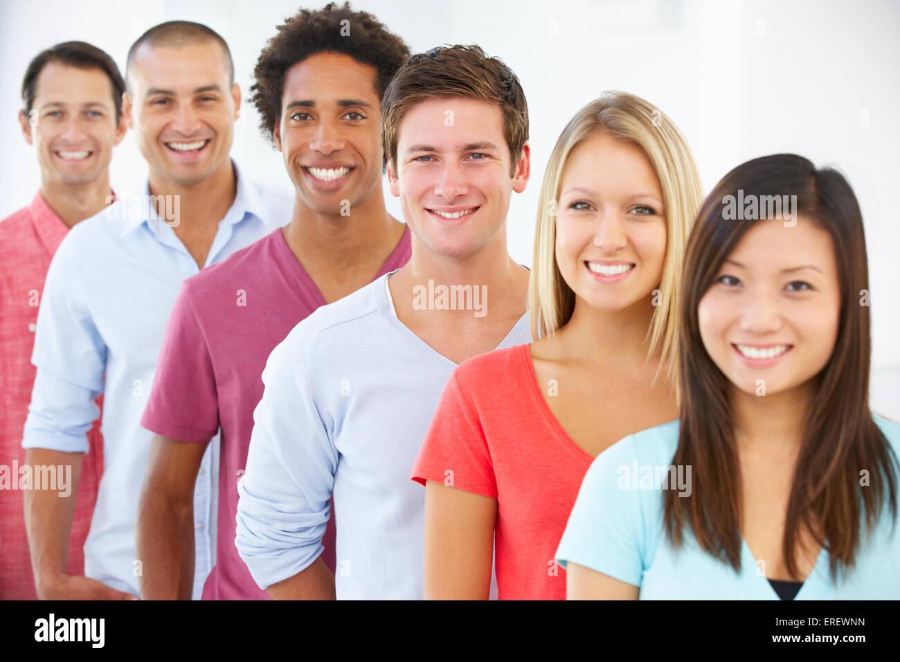 La linea di felice e positiva la gente di affari in abbigliamento Casual Immagini Stock