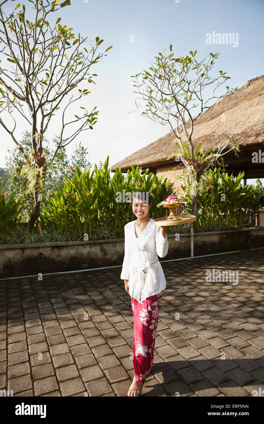 Donna Balinese rendendo mattina offerte a Ubud Hanging Gardens, Bali, Indonesia. Immagini Stock