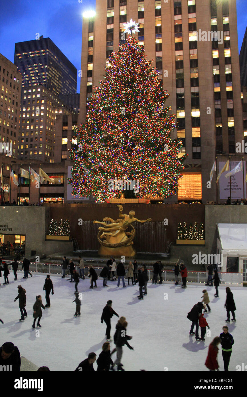 New York City landmark, pattinatori e turisti su dicembre 5, 2011, visitare il famoso centro Rockefeller albero Immagini Stock
