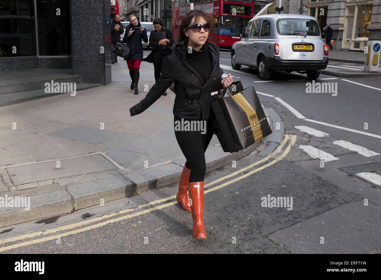 new arrival d86c9 a1f85 Donna con le borse della spesa che indossa red Hunter ...