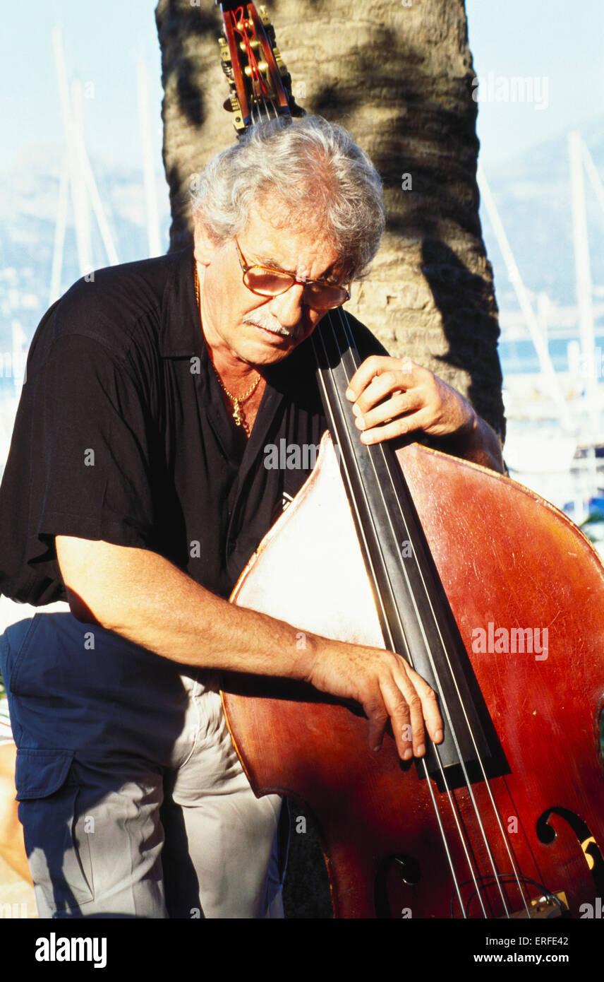 Double Bass giocato pizzicato (pizzicata) dal musicista maschio Immagini Stock