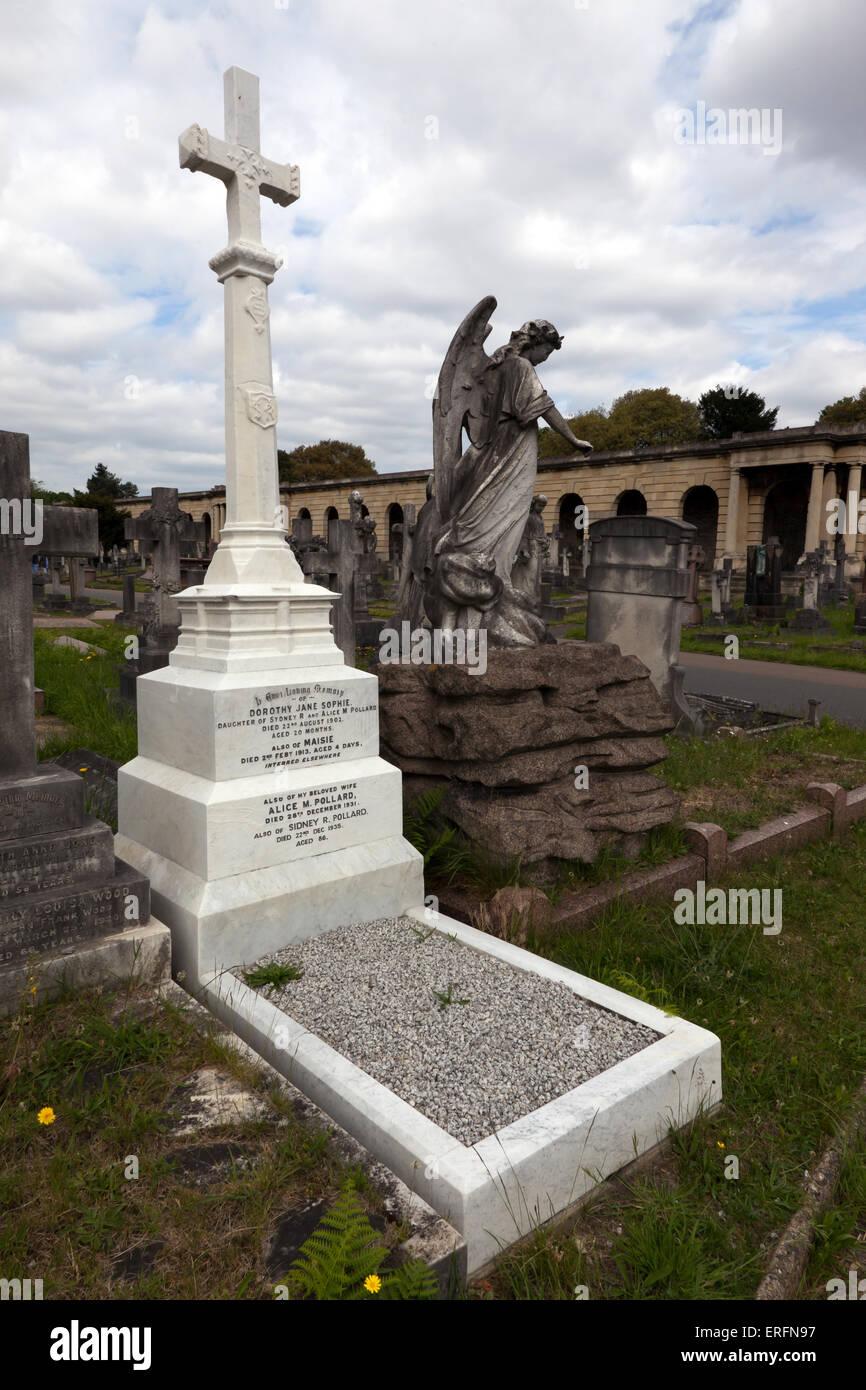 Graves, croci, monumenti e memoriali nella sezione centrale del Brompton cimitero, vicino i colonnati. Immagini Stock