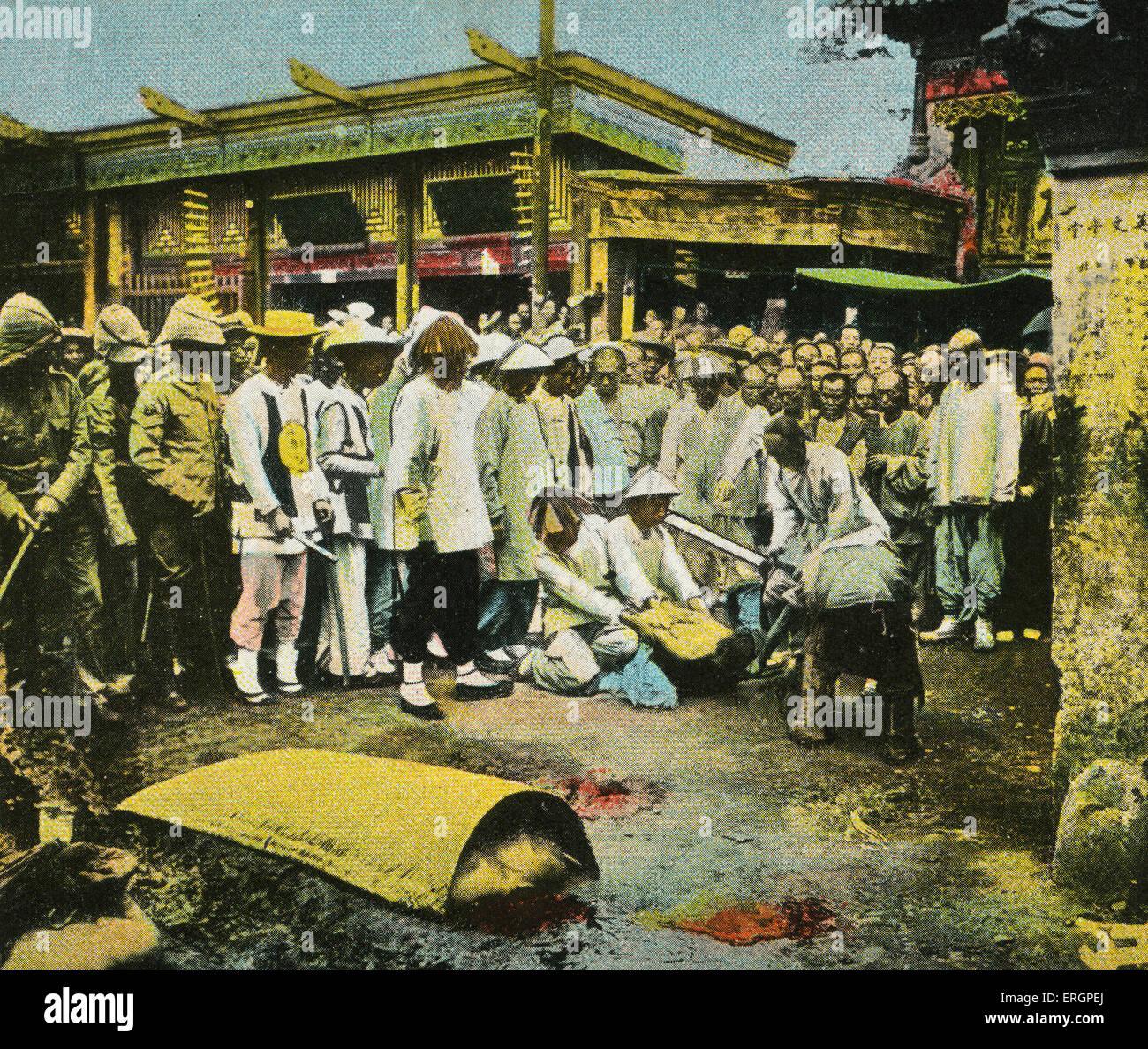 Esecuzione pubblica, una folla di orologi di una decapitazione con la spada. Cina, nei primi anni del XX secolo. Immagini Stock