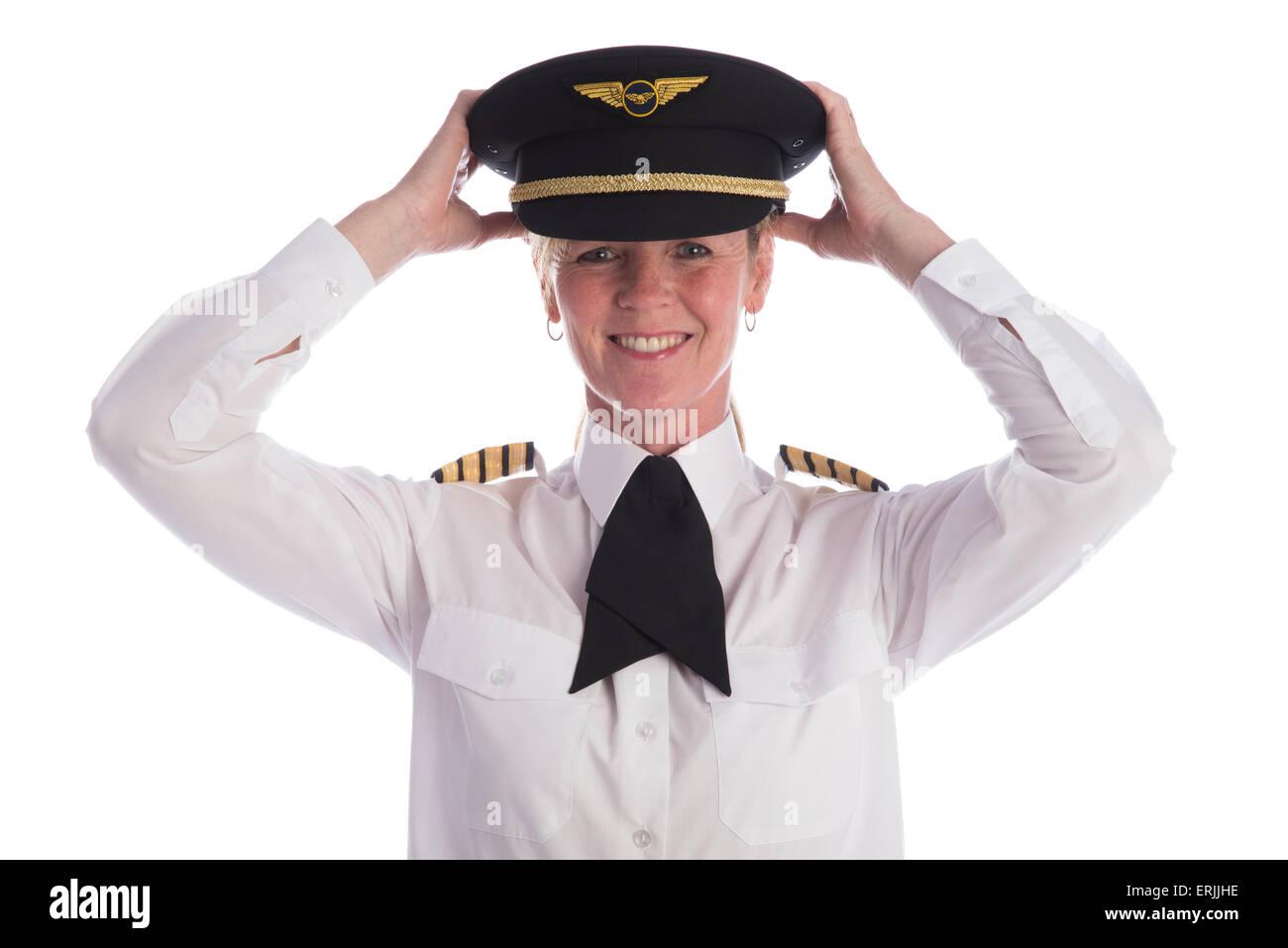 Femmina pilota senior in uniforme e che indossa il suo cappello e un  cravat. Capitano c1686753b206