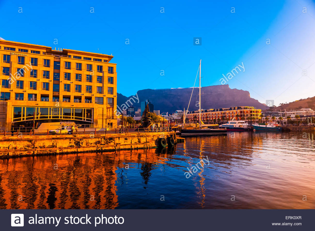 V&A Waterfront con Cape Grace Hotel e Table Mountain dietro, Cape Town, Sud Africa. Immagini Stock