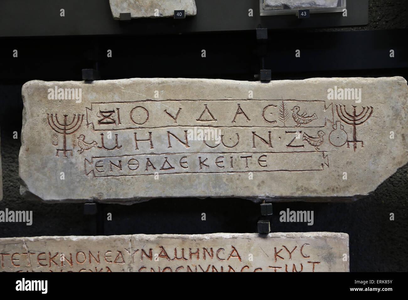 Dei primi cristiani. Lastra di pietra che chiude il loculo di un bambino. Simboli ebraici e l'iscrizione greca. Immagini Stock