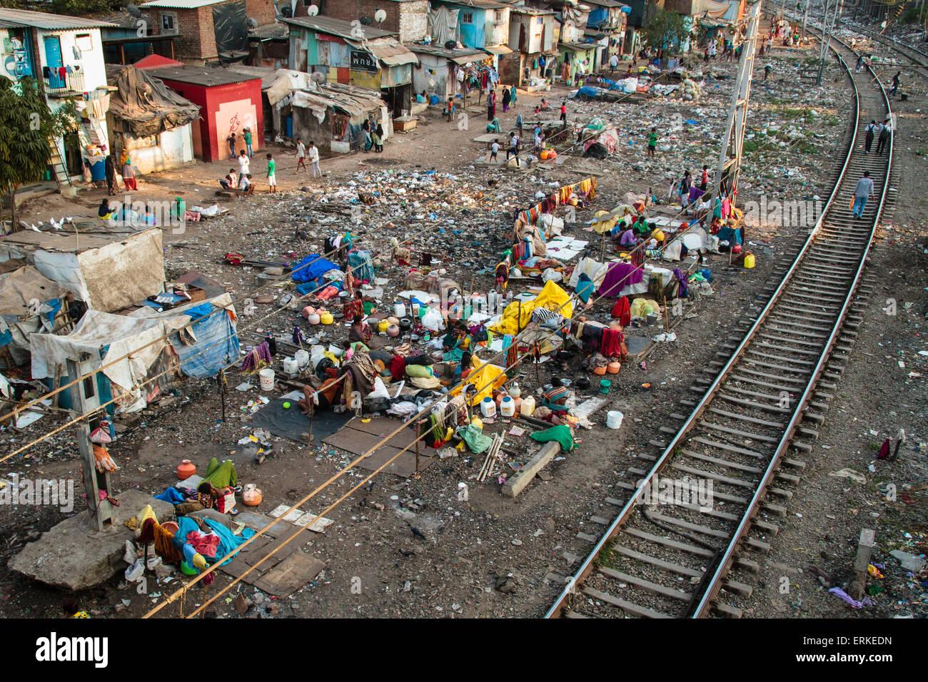Baraccopoli accanto ai binari ferroviari, vicino a Mumbai, Maharashtra, India Immagini Stock