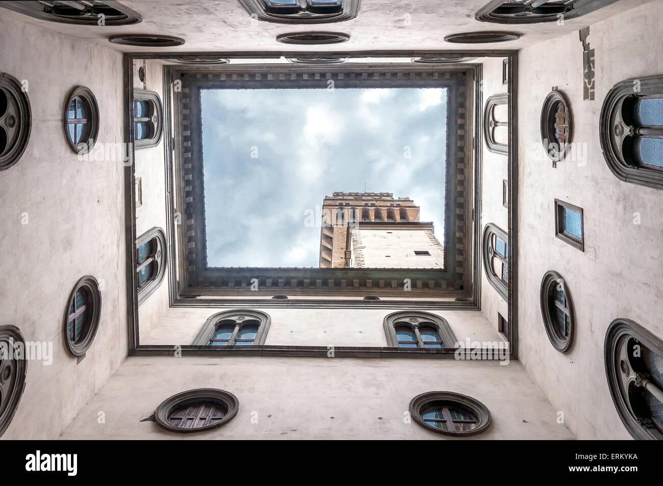 Palazzo Vecchio architettura e geometrie vista dal cortile in Firenze, Italia. Immagini Stock