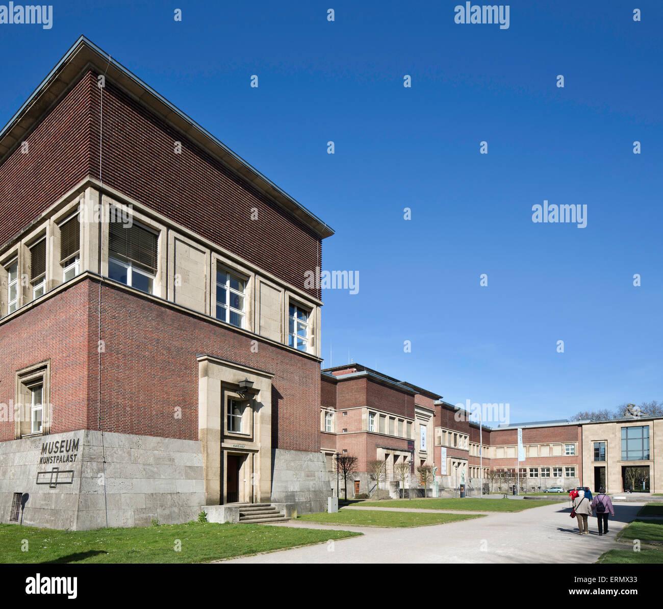 Zum Ehrenhof gehören mehrere Gebäude, die eine zentrale, achsial ausgerichtete Grünfläche umschließen. Immagini Stock