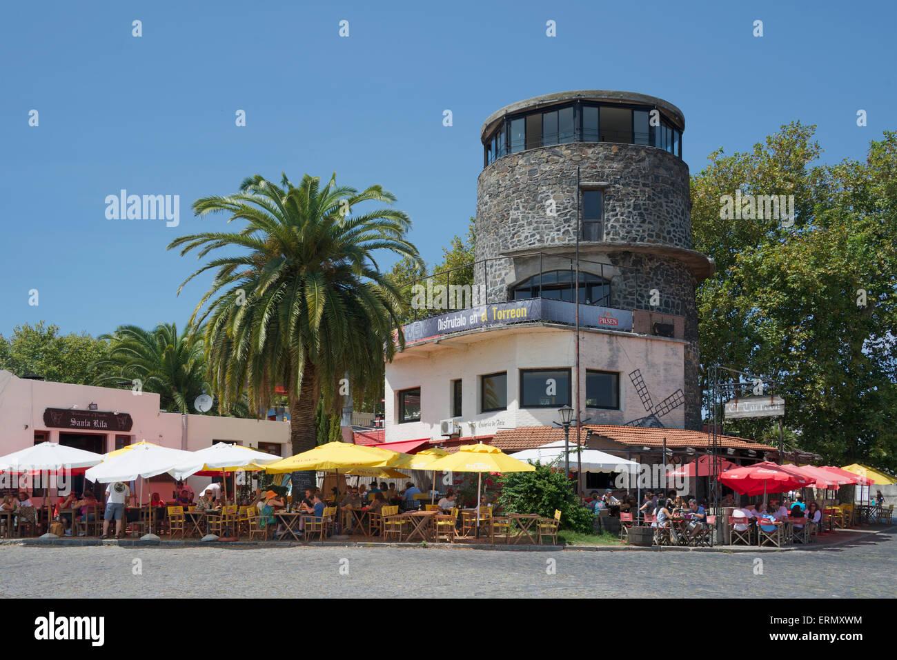 Le persone che si godono il pranzo El Torreon ristorante storico quartiere coloniale di Colonia del Sacramento Uruguay Immagini Stock