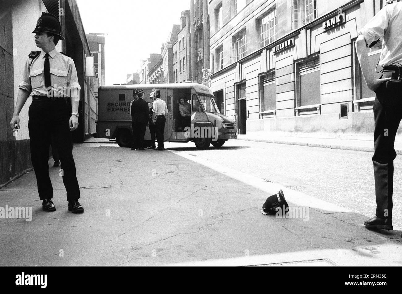 La rapina a mano armata impegnati al Daily Mirror sede a Holborn, Londra, 31 maggio 1978. Due ladri hanno attaccato Immagini Stock