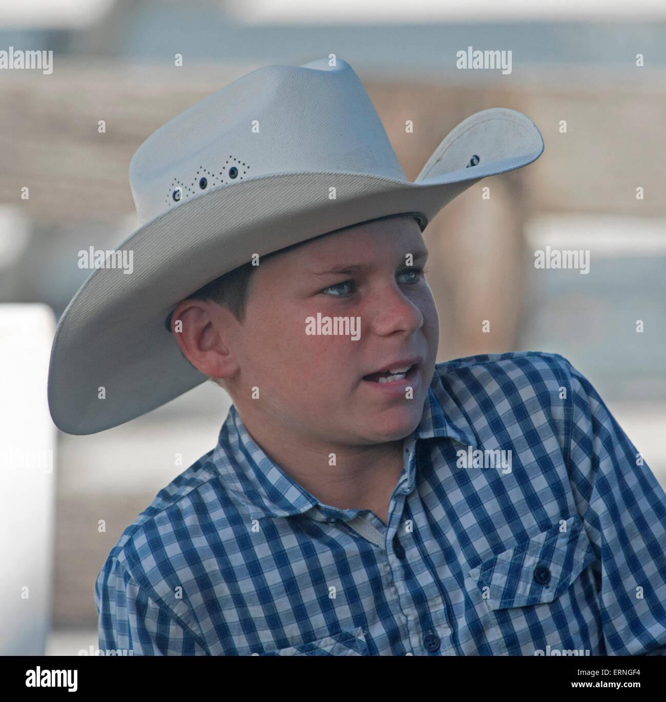 Australiano giovane ragazzo indossa controllo blu e maglietta indossa bianco occidentale stile cowboy di Episteme Immagini Stock