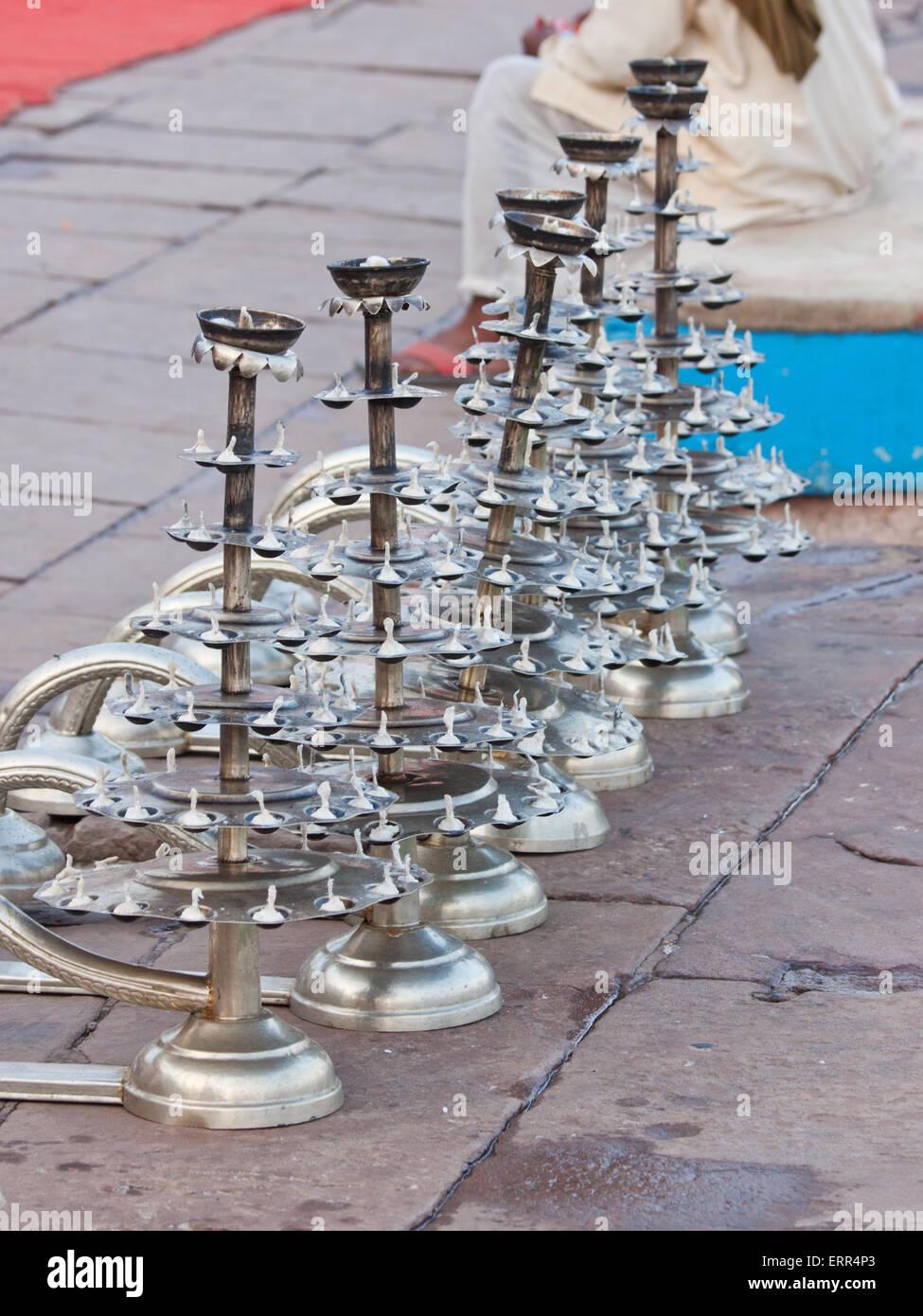 Set candele per uso nella Ganga indù Arti cerimonia al Dasaswamedh Ghat Varanasi, sulle rive del fiume Gange Immagini Stock
