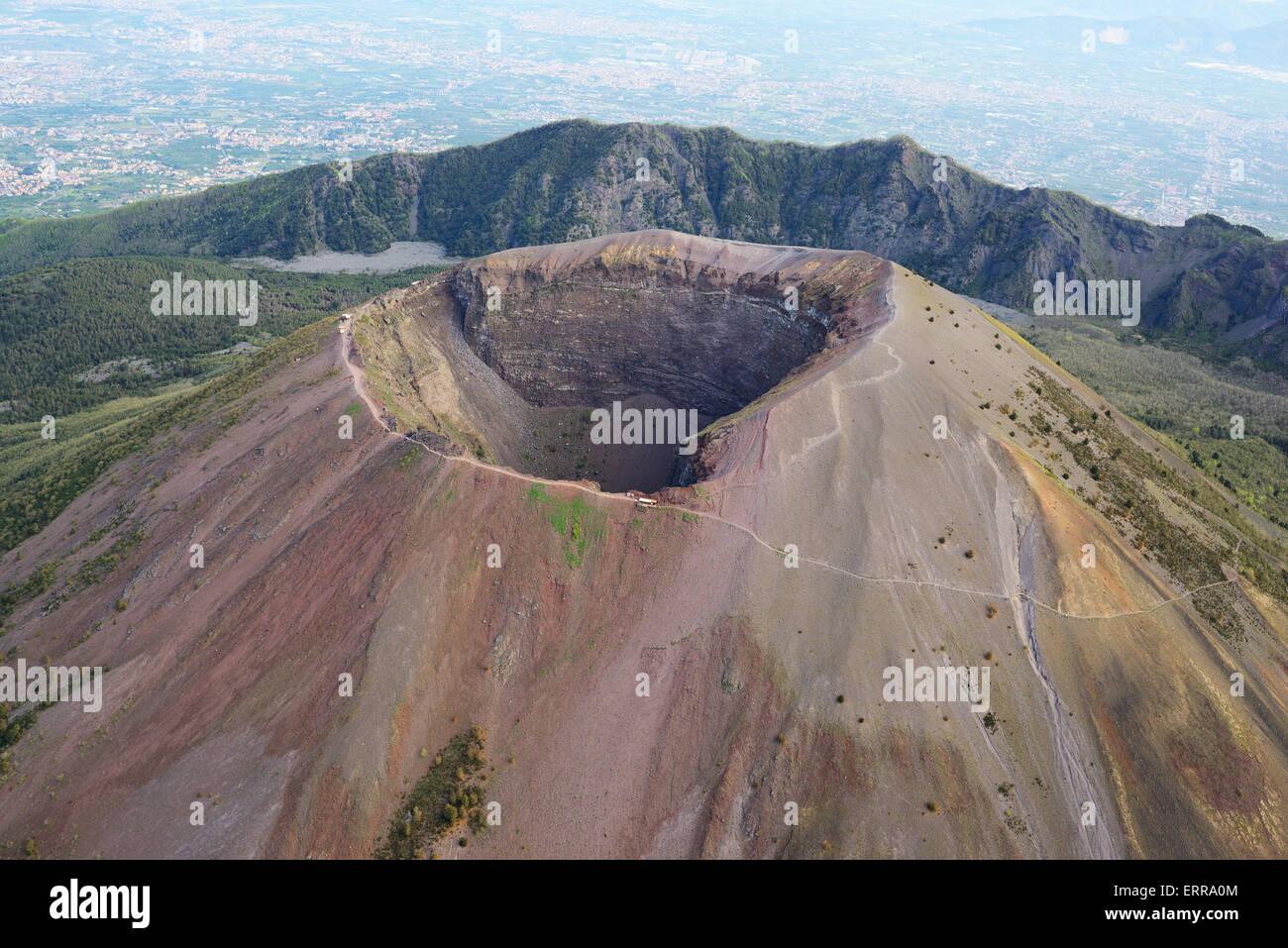 Cratere del Vesuvio (vista aerea). 1281-metro-alto vulcano tra Napoli e Pompei, Campania, Italia. Immagini Stock