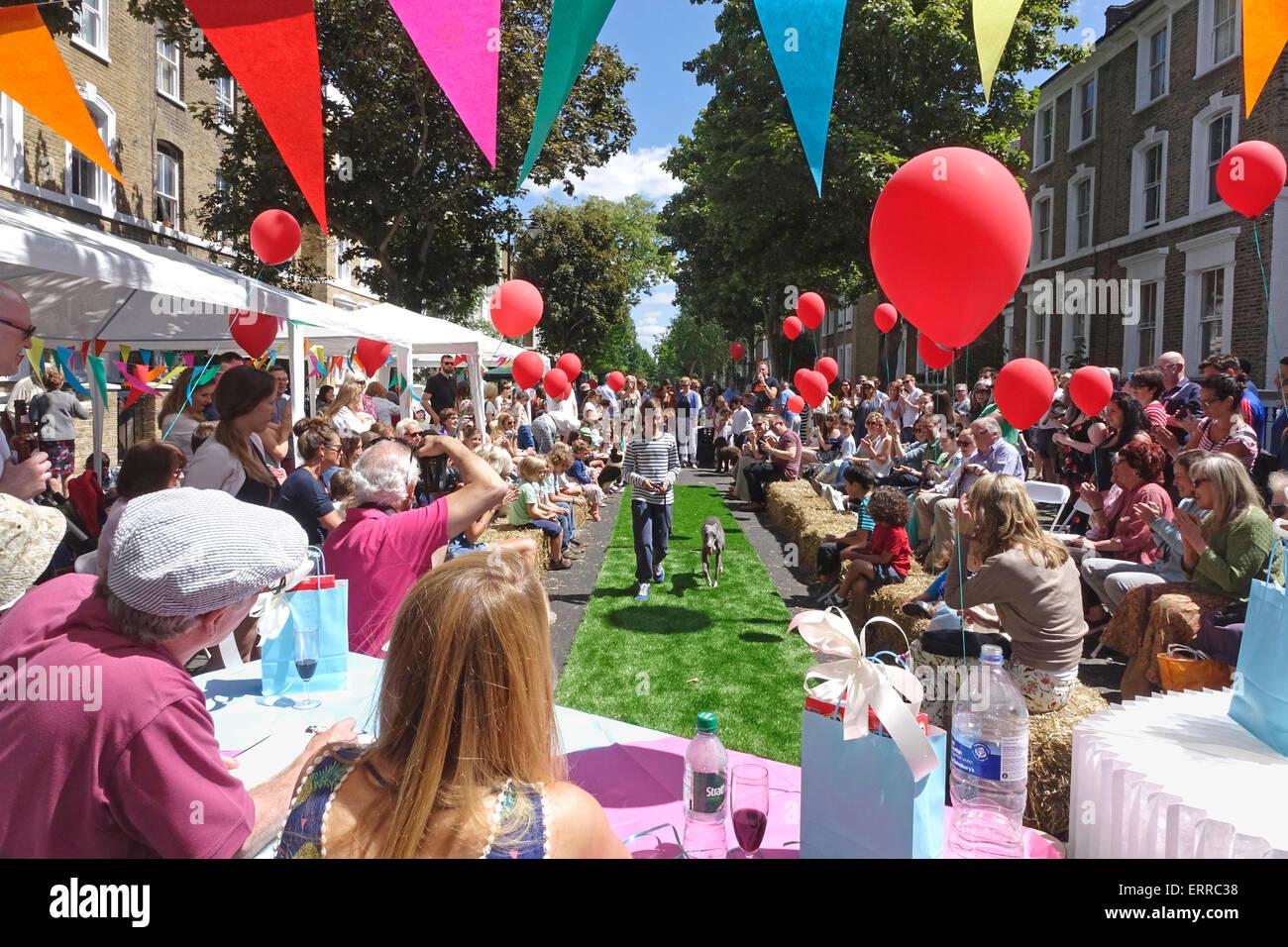 Islington, Londra, 7 giugno 2015. Un gloriosamente giornata soleggiata al grande pranzo Street Party in Englefield Immagini Stock