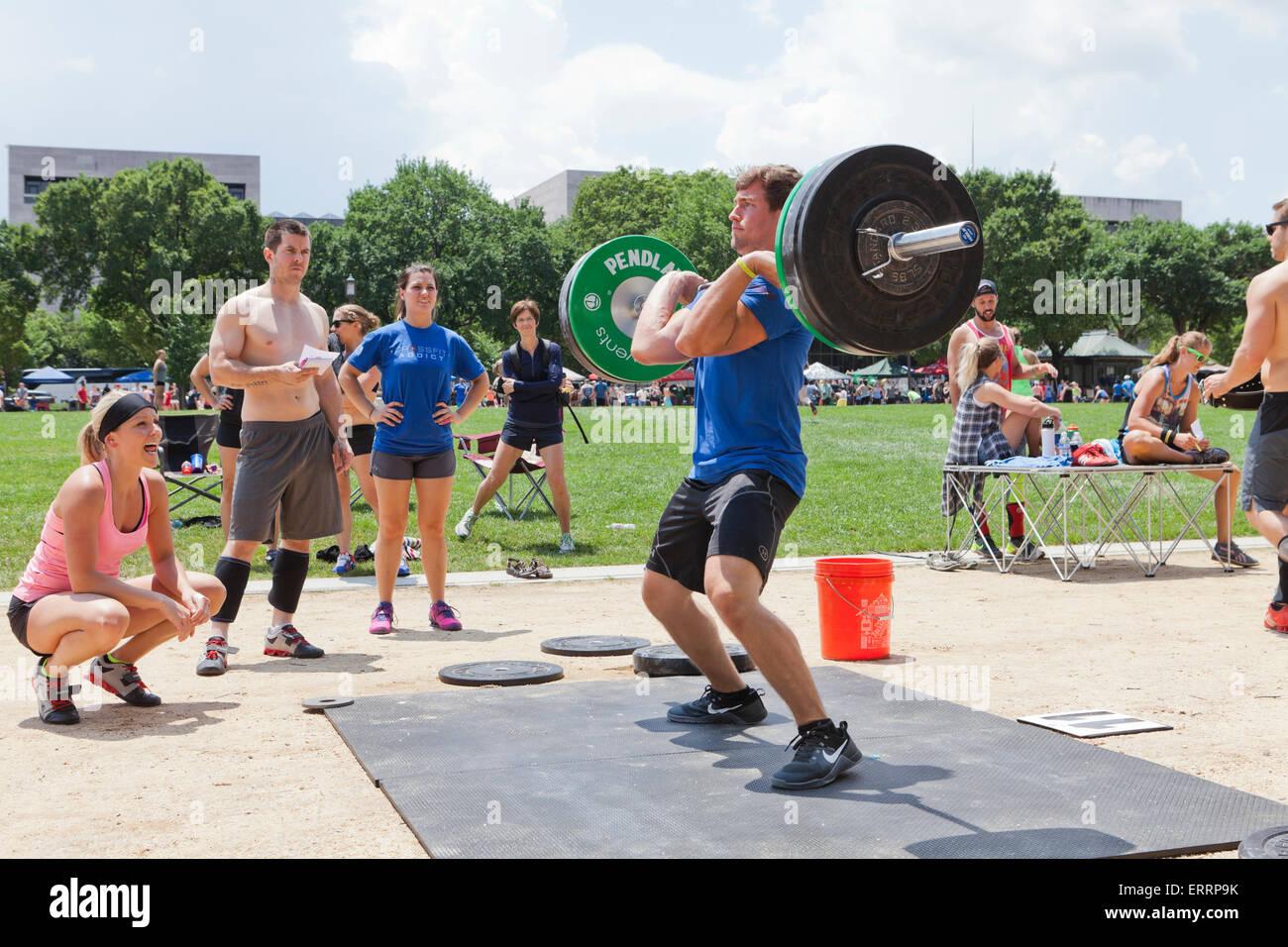Uomo di eseguire il sollevamento pesi ad un outdoor programma fitness - USA Immagini Stock