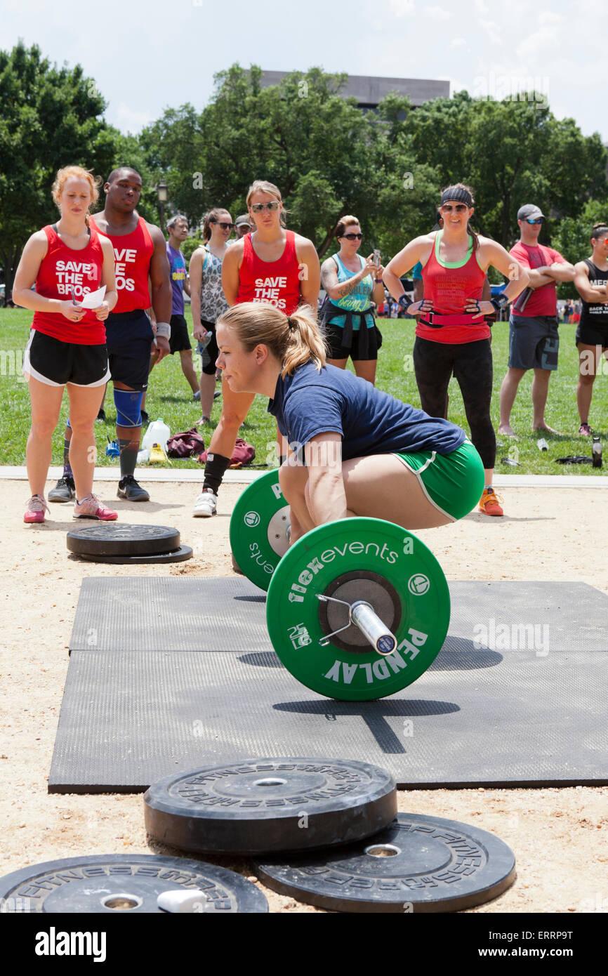 Donna di eseguire il sollevamento pesi ad un outdoor programma fitness - USA Immagini Stock