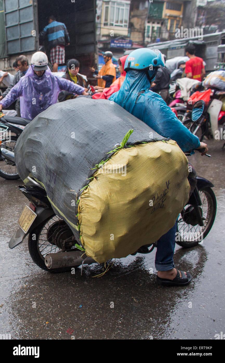 Le moto sono il principale mezzo di trasporto in Vietnam. Immagini Stock