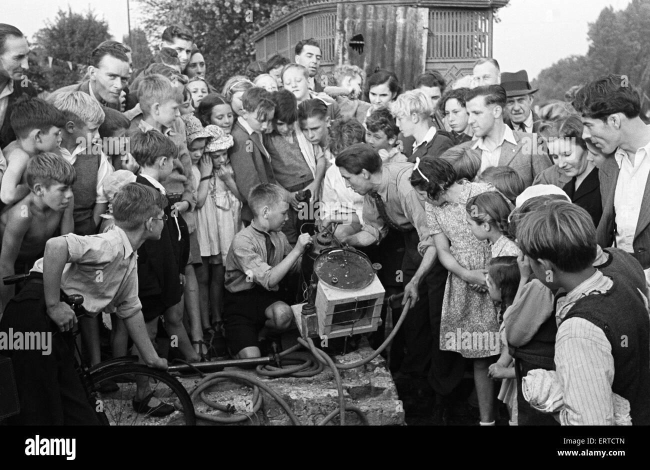 Test fuori casa fatta di attrezzature subacquee, con la folla a guardare. Wiltshire. Circa 1945. Immagini Stock