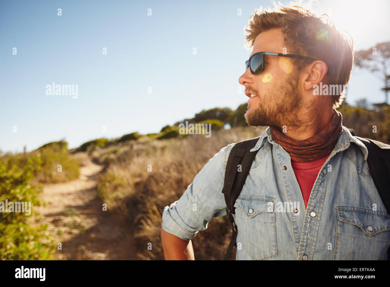 Colpo all'aperto del giovane uomo escursioni nella natura alla ricerca di distanza a una vista. Uomo caucasico Immagini Stock