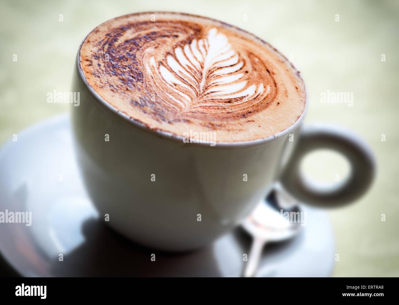Una deliziosa tazza di hot cappuccino italiano caffè con una foglia decorativa pattern Immagini Stock
