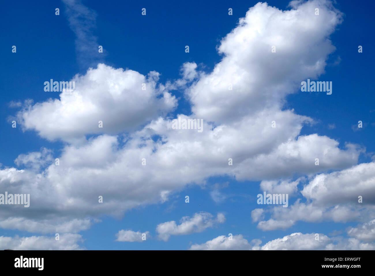 Nuvole contro un cielo blu Foto Stock