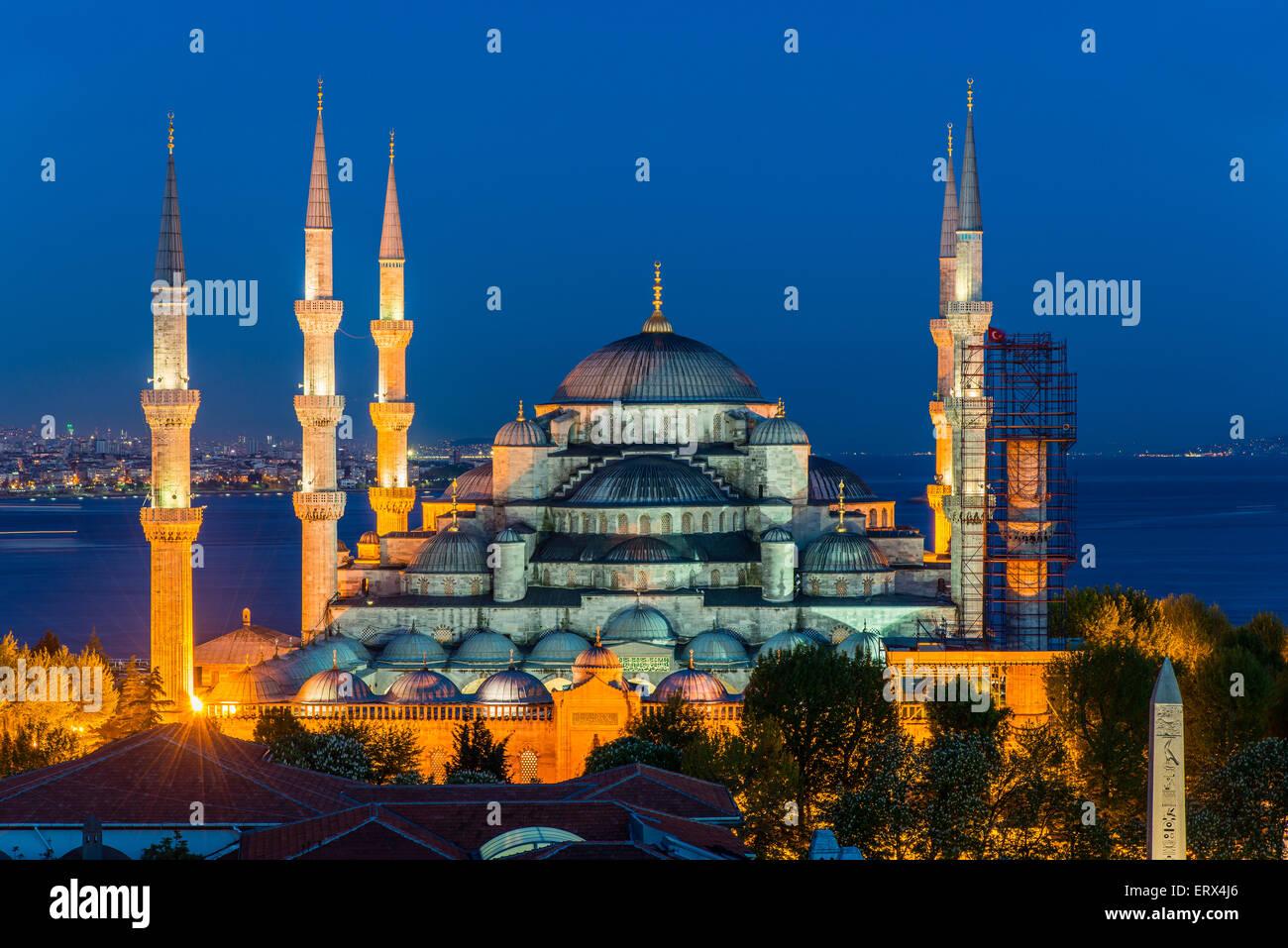 Notte Vista dall'alto su Sultan Ahmed moschea o la Moschea Blu, Sultanahmet, Istanbul, Turchia Foto Stock