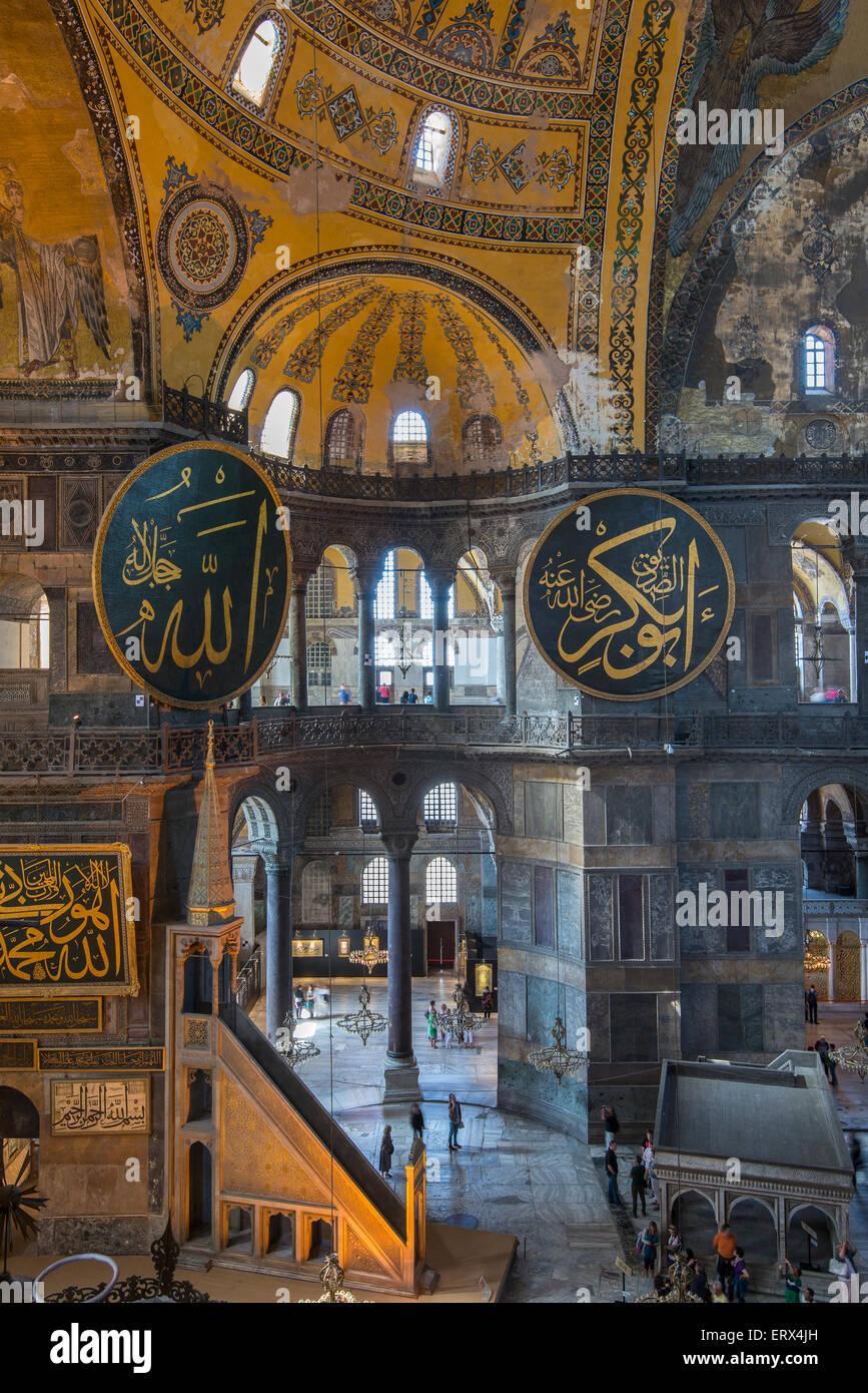 Sommità interno vista di Hagia Sophia con medaglione Ottomano, Sultanahmet, Istanbul, Turchia Immagini Stock