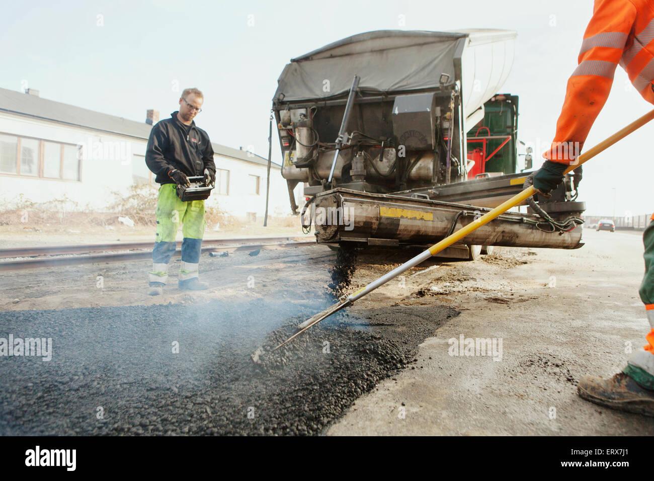 Lavoratori manuali pavimentazioni street Immagini Stock
