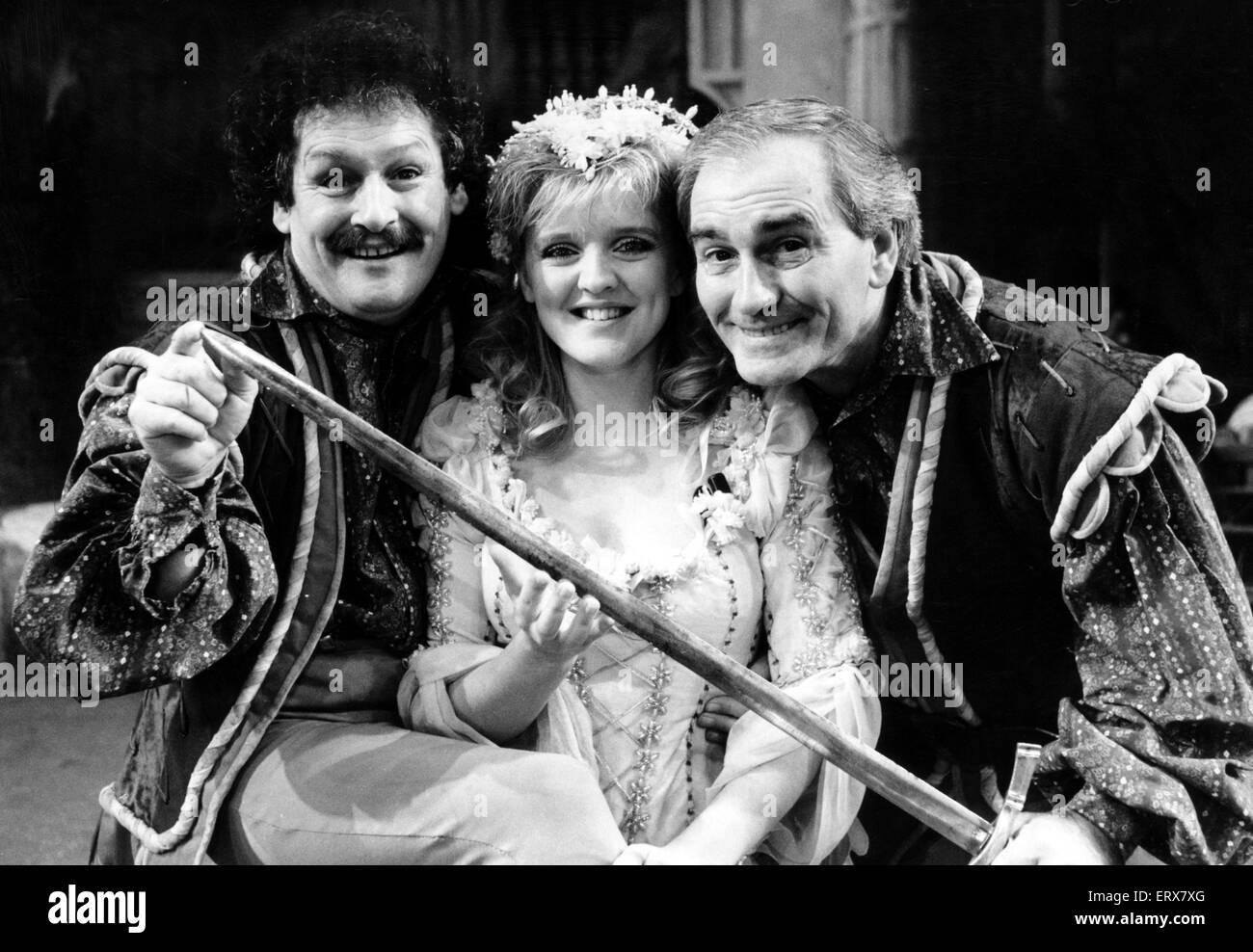 """Il Cannone e sfera star male come briganti in 'Babes in legno """" al Birmingham Hippodrome. Il duo sono illustrati Immagini Stock"""