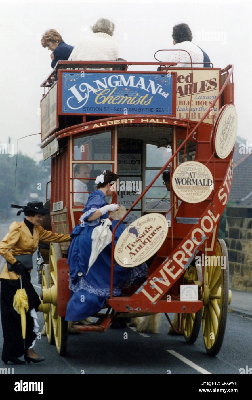 Residenti vestito in costume per salutare la Gran Bretagna in fiore i giudici che hanno visitato la città di Immagini Stock