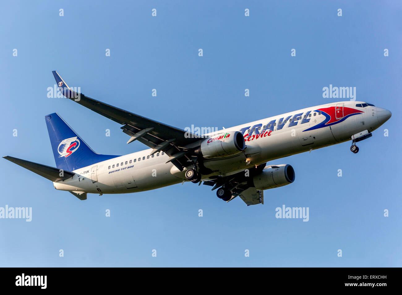 Boeing 737 azionato da Travel Service sulla rotta di avvicinamento per l'atterraggio Praga, Repubblica Ceca Immagini Stock