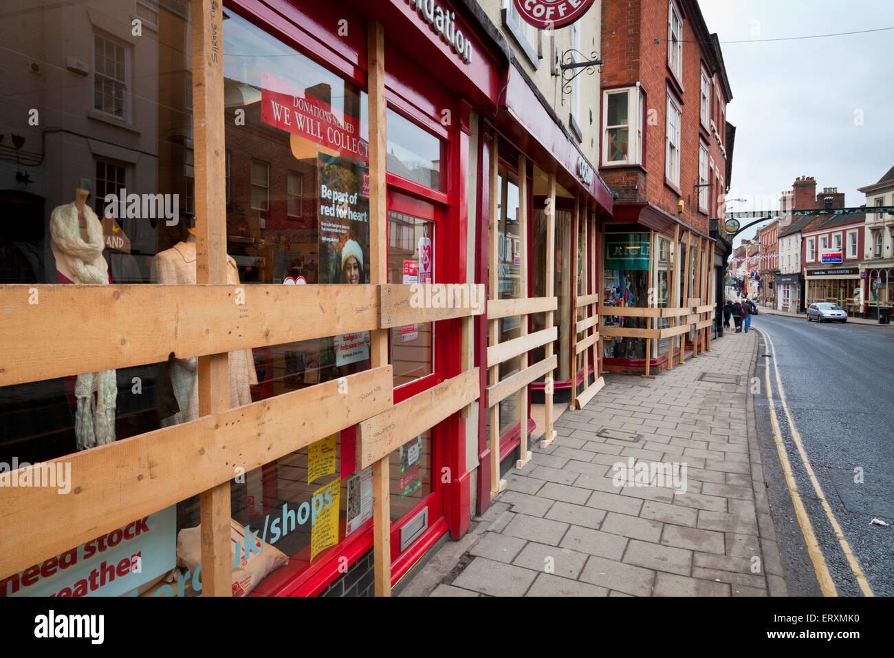 I negozi sono saliti fino in anticipo del Royal Shrovetide Football Match, Ashbourne, Derbyshire, England Regno Immagini Stock
