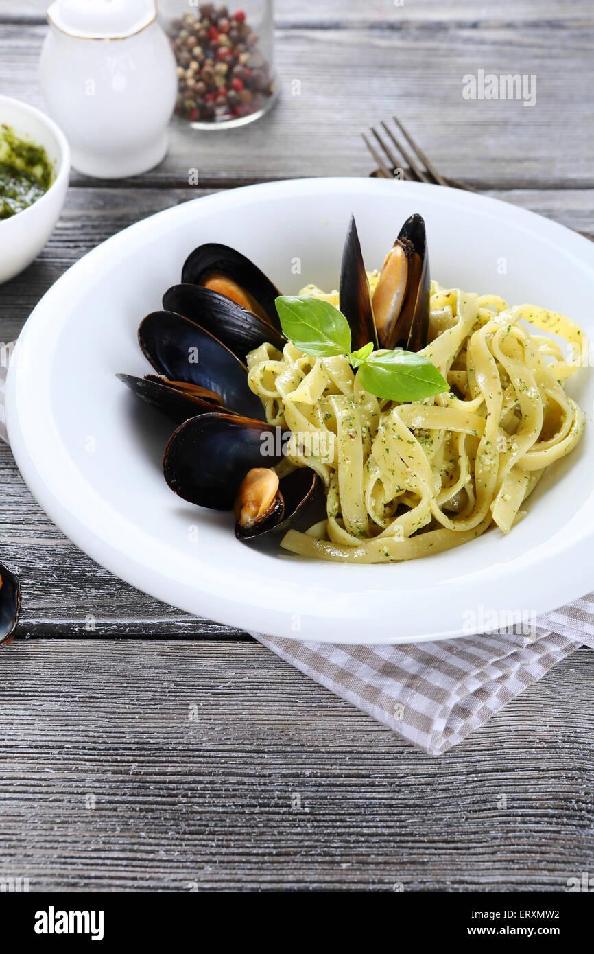 Deliziosi piatti di pasta con cozze, cibo Immagini Stock