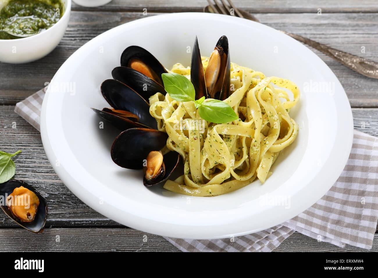 Pasta con pesce fresco, prodotti alimentari Immagini Stock