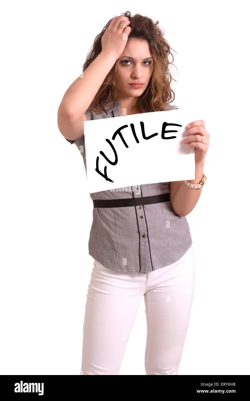 Giovane donna attraente tenendo la carta con inutile il testo su sfondo bianco Immagini Stock